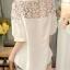 เสื้อแฟชั่นสีขาว แต่งผ้าลูกไม้ลายดอก คอกลมติดกระดุม thumbnail 4