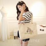 [ พร้อมส่ง ] - กระเป๋าแฟชั่น นำเข้าสไตล์เกาหลี สีครีมปักลายม้าสุดฮิต ดีไซน์สวยน่ารัก งานผ้าแคนวาสรักษ์โลก ใบใหญ่ของได้เยอะ สาวๆ ห้ามพลาดค่ะ