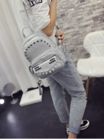 กระเป๋าเป้สีเงิน วัสดุหนัง PU อย่างดี ตัวกระเป๋าแต่งด้วยหมุด แฟชั่นเกาหลี