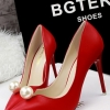 รองเท้าคัทชูส้นสูงหัวแหลม หน้าวี แต่งมุกใหญ่ (สีแดง)