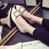 รองเท้าคัทชูส้นเตี้ยสีขาว หัวแหลม ประดับหัวเข็มขัดฝังเพชร หรูหรา วัสดุพียู สไตล์ญี่ปุ่น แฟชั่นเกาหลี