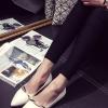 รองเท้าคัทชูส้นแบนสีขาว หัวแหลม หนังPU พื้นยาง แต่งโลหะสีทอง ทรงคลาสสิค เรียบง่าย ดูดี แฟชั่นเกาหลี