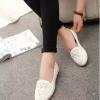 รองเท้าคัทชูส้นเตี้ยสีขาว แบบสวม หัวประดับดอกไม้ฝังเพชร สไตล์หวาน น่ารัก แฟชั่นเกาหลี