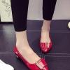 รองเท้าคัทชูส้นแบนสีแดง หังแหลม แต่งหัวเข็มขัดสีทองฝังเพชร หรูหรา ทรงทันสมัย สไตล์ญี่ปุ่น สินค้ายอดนิยม แฟชั่นเกาหลี