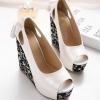 รองเท้าส้นเตารีดแบบหุ้มส้น แต่งโบว์ที่ส้น (สีขาว)