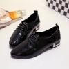 รองเท้าคัทชูผู้หญิงสีดำ หัวแหลม หนังPU แบบเชือกผูก ส้นประดับแผ่นโลหะสีทอง ทรงสุภาพ แฟชั่นเกาหลี