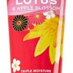 Bath & Body Works Tokyo Lotus & Apple Blossom Body Cream 226g. ครีมบำรุงผิวสุดเข้มข้น อีกทั้งมีกลิ่นหอมติดทนนาน กลิ่นหอมหวานน่ารักของดอกบัว และแอปเปิ้ล หอมละมุน หอมมากๆคะ