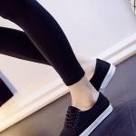 รองเท้าผ้าใบแฟชั่นผู้หญิงสีดำ พื้นแบน พื้นสีขาว ปั๊มลายนูน โลโกดาว แบบเชือกผูก ทรงทันสมัย เรียบง่าย แฟชั่นเกาหลี