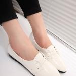 รองเท้าคัทชูส้นแบนสีขาว หัวแหลม ลายหนังงู แบบสวม ร้อยเชือก ใส่แล้วเท้าเรียว แฟชั่นเกาหลี