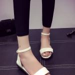 รองเท้าแตะแฟชั่นสีขาว รัดส้น เข็มขัดปรับระดับได้ แบบโบฮีเมี่ยน ส้นแบน สวมใส่สบาย กระชับเท้า แฟชั่นเกาหลี