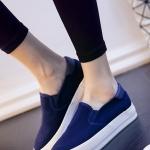 รองเท้าผ้าใบแฟชั่นผู้หญิงสีน้ำเงิน ส้นตึก พื้นสีขาว หัวกลม โชว์รอยตะเข็บเก่ไก๋ แบบสวม ทรงทันสมัย แฟชั่นอังกฤษ