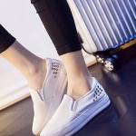 รองเท้าผ้าใบผู้หญิงสีขาว วัสดุหนัง พื้นหนา แบสวม ประดับหมุด เรียบง่าย ทันสมัย แฟชั่นเกาหลี