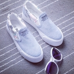 รองเท้าผ้าใบแฟชั่นผู้หญิงสีเทา ส้นแบน พื้นสีขาว แบบสวม ตกแต่งลายน่ารัก ใส่ลำลอง ทรงทันสมัย แฟชั่นเกาหลี