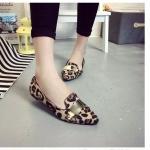 รองเท้าส้นเตี้ยผู้หญิงลายเสือดาว ประดับกากเพชร หัวแหลม ประดับแผ่นโลหะสีทอง สวมใส่สบาย แฟชั่นเกาหลี