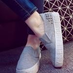 รองเท้าผ้าใบแฟชั่นผู้หญิงสีเทา แบบสวม ปั๊มอักษรลายนูน ประดับหมุด ทรงทันสมัย สวมใส่สบาย แฟชั่นเกาหลี