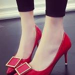 รองเท้าคัทชูผู้หญิงสีแดง หัวแหลม ส้นสูง แต่งหัวโลหะ วัสดุพียูคุณภาพดี เซ็กซี่ ดูดี แฟชั่นเกาหลี