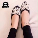 รองเท้าคัชชูผู้หญิงสีดำ หนังเมทาลิค หุ้มส้น ส้นเตี้ย ขอบยาง Chanel ประดับเพชรรูปผู้เสื้อ