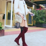 รองเท้าบู๊ตยาวผู้หญิงสีแดง ผ้ากำมะหยี่ ปิดเข่า ส้นหนา6cm เซ็กซี่ ขาเรียว แฟชั่นยุโรป