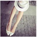 รองเท้าส้นเตี้ยผู้หญิงสีขาว วัสดุPU หัวแหลม ตกแต่งด้วยดอกไม้ หุ้มส้น ส้นสูง1ซม. แฟชั่นเกาหลี