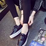 รองเท้าผ้าใบแฟชั่นเกาหลีสีดำ วัสดุหนัง ประดับภู่ระบาย เชือกผูกแบบโบว์ พื้นหนา น่ารัก ทันสมัย
