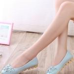 รองเท้าคัทชูส้นเตี้ยสีฟ้า ลายดอกไม้ ประดับไข่มุก หนังPU พื้นยาง สไตล์หวาน พื้นนุ่ม ใส่สบายเท้า แฟชั่นเกาหลี