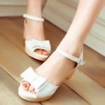 รองเท้าส้นสูงสีขาว แบบส้นหนา รัดส้น แต่งหัวโบว์ เข็มขัดปรับระดับได้ สไตล์โรมัน แฟชั่นเกาหลี