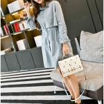 กระเป๋าสะพายข้างแฟชั่นสีขาว ทรงสี่เหลี่ยม วัสดุPUนิ่ม แบบฝาปิด พวงกุญแจแมว กว้าง24cm แฟชั่นเกาหลี