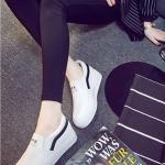 รองเท้าผ้าใบแฟชั่นเกาหลีสีขาว แถบดำ วัสดุหนัง พื้นสีขาว พื้นหนา แบบสวม ทรงทันสมัย ใส่ลำลอง