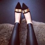 รองเท้าทำงานผู้หญิงสีดำ หุ้มส้น หัวแหลม ประดับทอง ส้นเตี้ย แฟชั่นเกาหลี