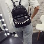 กระเป๋าเป้สีดำ วัสดุหนัง PU อย่างดี ตัวกระเป๋าแต่งด้วยหมุด แฟชั่นเกาหลี