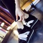 รองเท้ากีฬาแฟชั่นผู้หญิงสีดำ แถบขาว หุ้มข้อ พื้นหนา ผ้าตะข่ายและกำมะหยี่ ระบายความร้อนได้ดี รองรับน้ำหนักได้ดี แฟชั่นเกาหลี