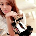 รองเท้าทรงเตารีดสีดำ ลายดอกไม้ มีเข็มขัดรัดข้อเท้า ปรับระดับได้ วสดุพียู แนววินเทจ แฟชั่นเกาหลี