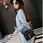 กระเป๋าสะพายข้างแฟชั่นสีดำ ทรงสี่เหลี่ยม วัสดุPUนิ่ม แบบฝาปิด พวงกุญแจแมว กว้าง24cm แฟชั่นเกาหลี