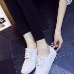 รองเท้าผ้าใบแฟชั่นผู้หญิงสีขาว พื้นแบน พื้นสีขาว ปั๊มลายนูน โลโกดาว แบบเชือกผูก ทรงทันสมัย เรียบง่าย แฟชั่นเกาหลี