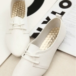 รองเท้าคัทชูผู้หญิงสีขาว หัวแหลม หนังPU แบบร้อยเชือก ใส่แล้วเท้าเรียว พื้นยาง น่ารัก แฟชั่นเกาหลี