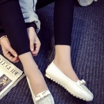 รองเท้าส้นแบนแฟชั่นสีขาว หัวแหลมลายดอกไม้ แต่งโบว์ประดับเพชร วัสดุPU สไตล์ญี่ปุ่น หวานน่ารัก แฟชั่นเกาหลี