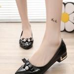 รองเท้าคัทชูแฟชั่นสีขาว หัวแหลม แต่งโบว์ประดับเพชร วัสดุพียู ส้นแต่งอะไหล่สีทอง สไตล์เจ้าหญิง หวานน่ารัก แฟชั่นเกาหลี