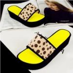 รองเท้าแตะผู้หญิง ส้นตึกสีเหลือง ขอบดำ ลายเสือดาว