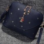 กระเป๋าสะพายข้างสีน้ำเงิน ประดับด้วยพวงกุญแจแมว สายสะพายข้างถอดออกได้ แฟชั่นเกาหลี