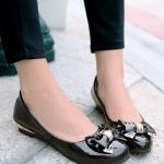รองเท้าคัทชูส้นเตี้ยสีดำ ประดับโบว์แต่งโลหะสีทอง พื้นยาง ทรงตุ๊กตา สไตล์หวาน น่ารักแฟชั่นเกาหลี