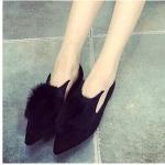 รองเท้าส้นเตี้ยผู้หญิงสีดำ หัวแหลม ประดับขนสัตว์ที่หัว น่ารัก สวมใส่สบาย แฟชั่นเกาหลี