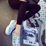 รองเท้าผ้าใบแฟชั่นผู้หญิงสีขาว ลายกราฟิตี้ พื้นหนา สลักลายนูน น่ารัก ทันสมัย ไม่ซ้ำใคร แฟชั่นเกาหลี