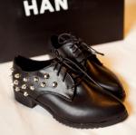 รองเท้าคัตชูผู้หญิงสีดำ หัวแหลม ตกแต่งด้วยหมุด ส้นหนา แฟชั่นเกาหลี