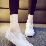 รองเท้าผ้าใบแฟชั่นผู้หญิงสีขาว หนังเทียม แบบสวม ประดับภู่ สไตล์ย้อนยุค แนววินเทจ แฟชั่นอังกฤษ