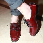 รองเท้าคัตชูผู้หญิงแดง หนังแก้ว ส้นหนา เชือกผูกสีดำ ตกแต่งหลังส้นด้วยหมุด Size35
