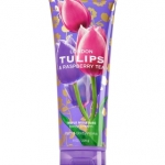 Bath & Body Works London Tulips & Raspberry Tea Body Cream 226g. ครีมบำรุงผิวสุดเข้มข้น อีกทั้งมีกลิ่นหอมติดทนนาน กลิ่นหอมอบอวลของดอกทิวลิป ผสมผสานกับกลิ่นหอมหวานซ่อนเปรี้ยวของผลราสเบอร์รี่