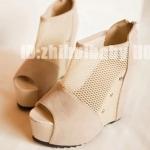 รองเท้าส้นเตารีดสีครีม หนังนิ่มและตาข่าย ประดับหมุด แฟชั่นยุโรป