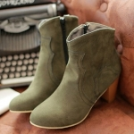 รองเท้าบู๊ทส้นสูงสีน้ำเขียว หนังPU โชว์ลายเย็บ สไตล์นักเดินป่า ส้นสูง7cm พื้นยาง แฟชั่นเกาหลี