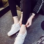 รองเท้าผ้าใบแฟชั่นเกาหลีสีขาว วัสดุหนัง ประดับภู่ระบาย เชือกผูกแบบโบว์ พื้นหนา น่ารัก ทันสมัย
