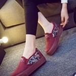 รองเท้าผ้าใบแฟชั่นผู้หญิงสีแดง ผ้ากำมะหยี่ ส้นแต่งลายกราฟิตี้ แบบสวม ทรงทันสมัย น่ารัก ใส่ลำลอง